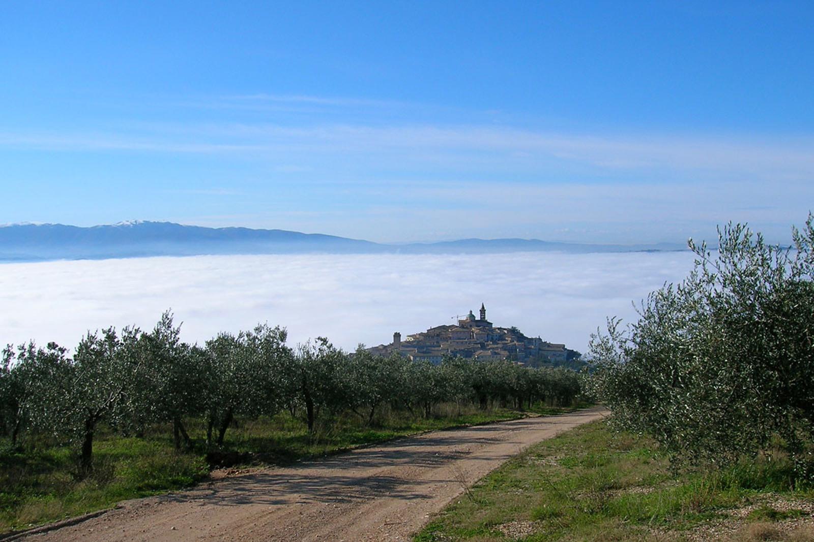 trevi-sopra-la-nebbia-1200x800